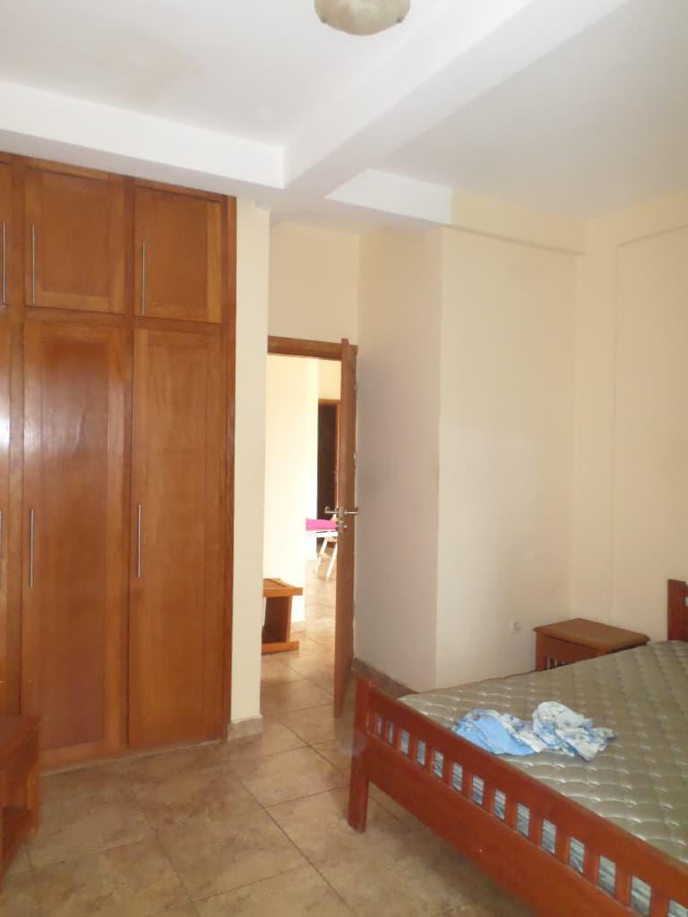 Apartment to rent - Yaoundé, Bastos, pas loin du rond poit - 1 living room(s), 2 bedroom(s), 3 bathroom(s) - 400 000 FCFA / month