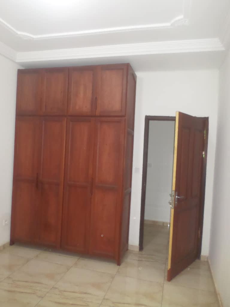 Apartment to rent - Yaoundé, Quartier Fouda, pas loin de melo - 127 living room(s), 2 bedroom(s), 3 bathroom(s) - 540 000 FCFA / month