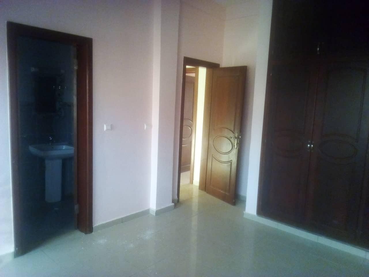 Apartment to rent - Yaoundé, Ngousso, fabrique - 1 living room(s), 3 bedroom(s), 3 bathroom(s) - 300 000 FCFA / month