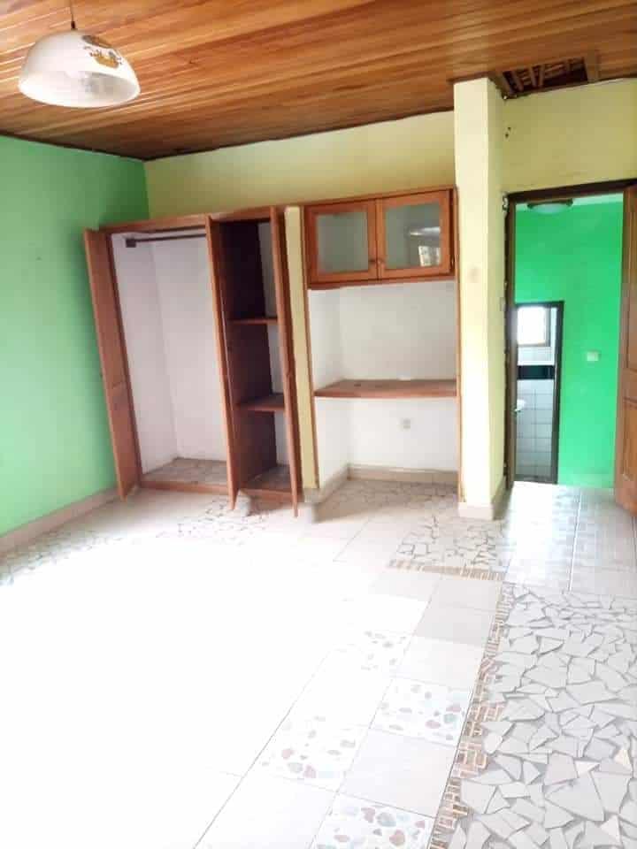 Studio to rent - Douala, Makepe, CHAMBRE MODERNE DOUCHE CUISINE PLACARD BALCON PERSONNEL À L'ÉTAGE À LOUER DERRIÈRE LE LYCÉE DE MAKEPE - 40 000 FCFA / month