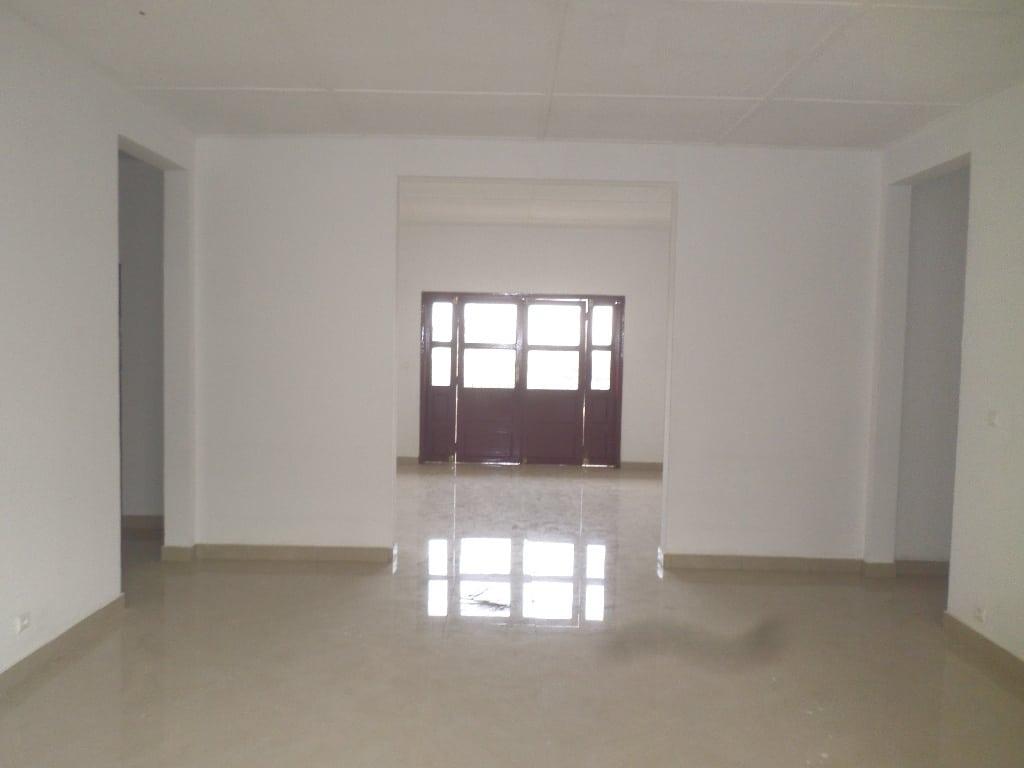 Appartement à louer - Yaoundé, Bastos, pas loin de nouvelle route tradex - 1 salon(s), 3 chambre(s), 3 salle(s) de bains - 650 000 FCFA / mois