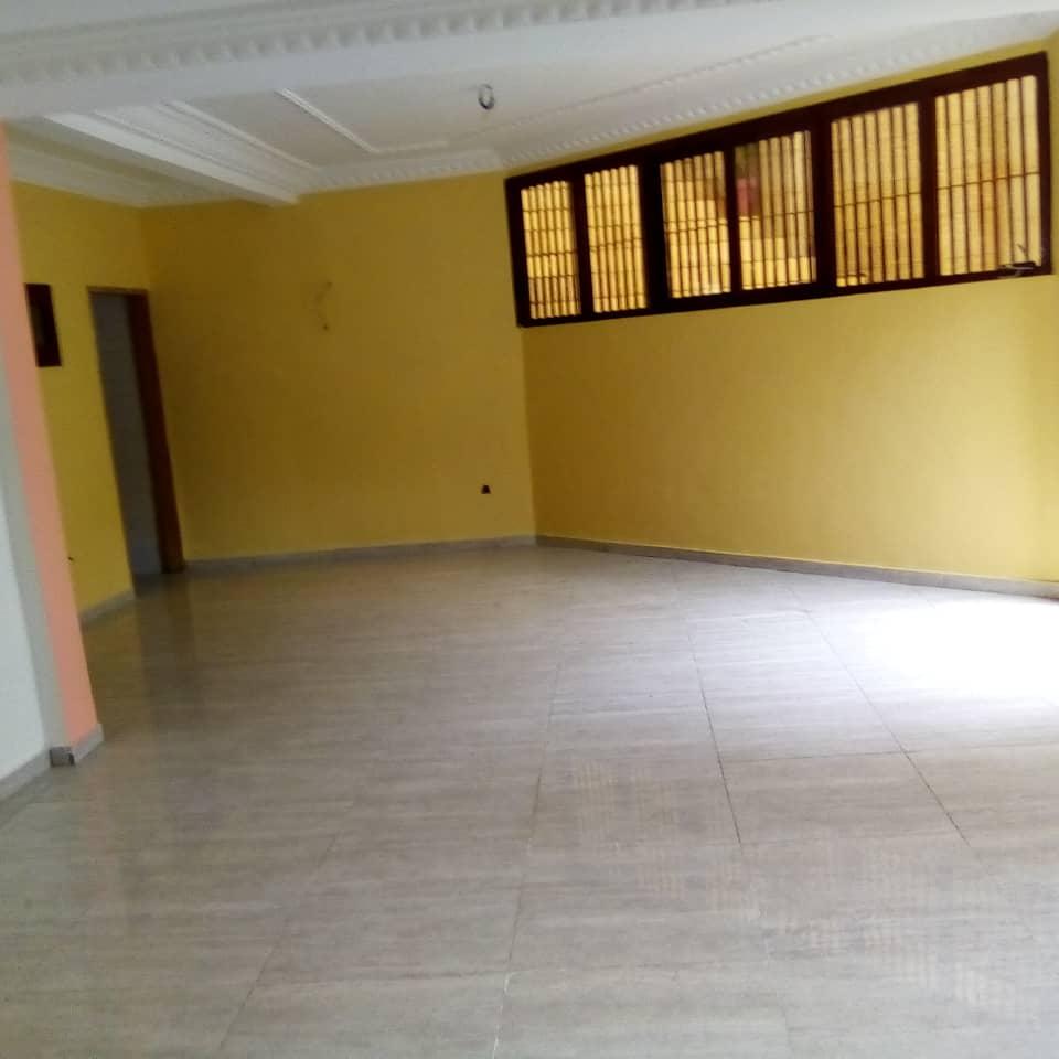 Apartment to rent - Douala, Makepe, Ver  happy sport - 1 living room(s), 3 bedroom(s), 3 bathroom(s) - 200 000 FCFA / month