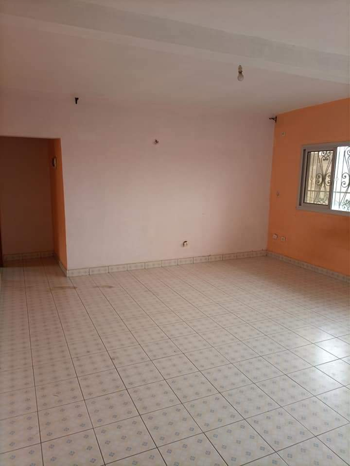 Apartment to rent - Douala, Logbessou I, APPARTEMENT DE 03CHAMBRES+02DOUCHES À LOUER À LOGBESSOU DERRIÈRE LA STATION NICKEL OIL. - 1 living room(s), 3 bedroom(s), 2 bathroom(s) - 100 000 FCFA / month