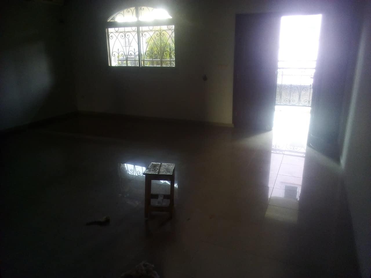 Apartment to rent - Yaoundé, Mfandena, avenue foe - 1 living room(s), 3 bedroom(s), 3 bathroom(s) - 350 000 FCFA / month