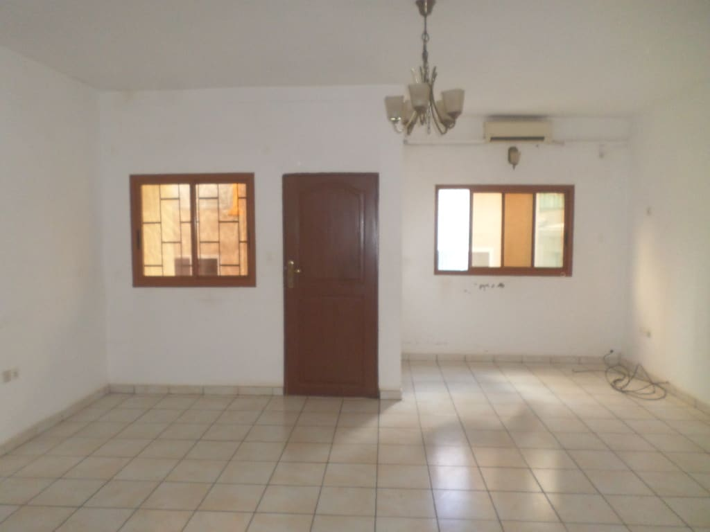Apartment to rent - Yaoundé, Mfandena, avenue foe - 1 living room(s), 3 bedroom(s), 3 bathroom(s) - 275 000 FCFA / month