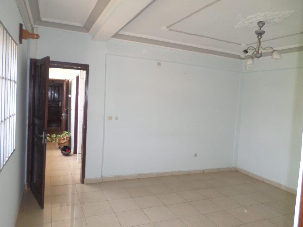 Apartment to rent - Yaoundé, Bastos, pas loin du colisee - 1 living room(s), 1 bedroom(s), 2 bathroom(s) - 200 000 FCFA / month