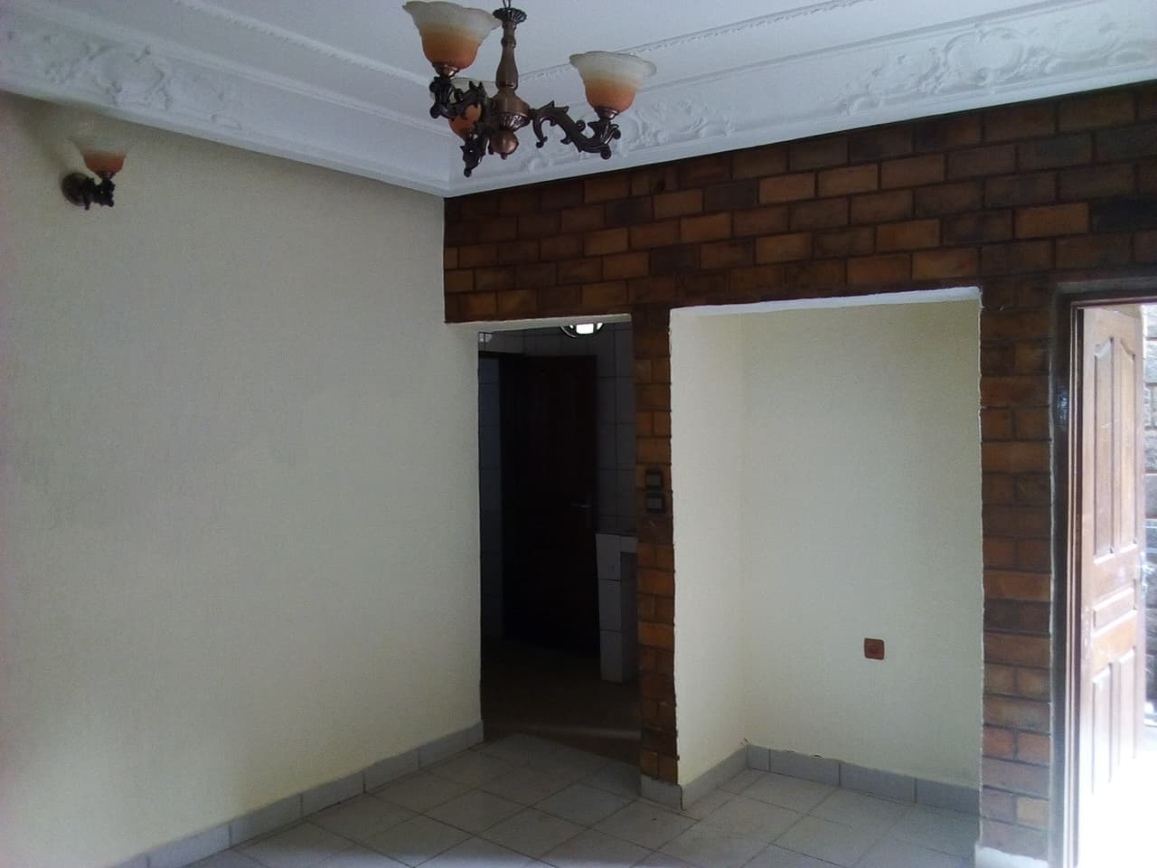Apartment to rent - Yaoundé, Bastos, pas loin du carrefour du palis - 1 living room(s), 1 bedroom(s), 1 bathroom(s) - 165 000 FCFA / month