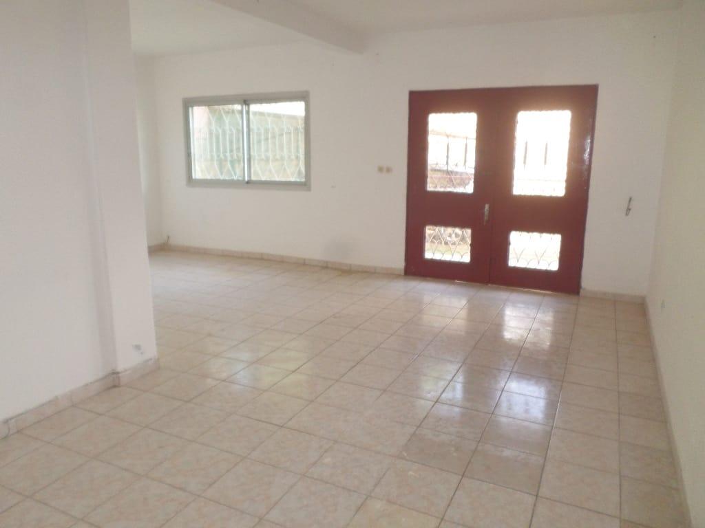 Apartment to rent - Yaoundé, Bastos, pas loin du PUNUD - 1 living room(s), 3 bedroom(s), 3 bathroom(s) - 350 000 FCFA / month