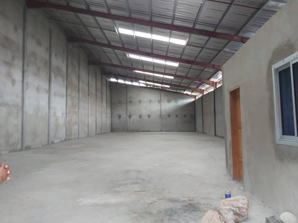 Store to rent at Douala, Akwa I, Boulevard - 1000 m2 - 5 000 000 FCFA