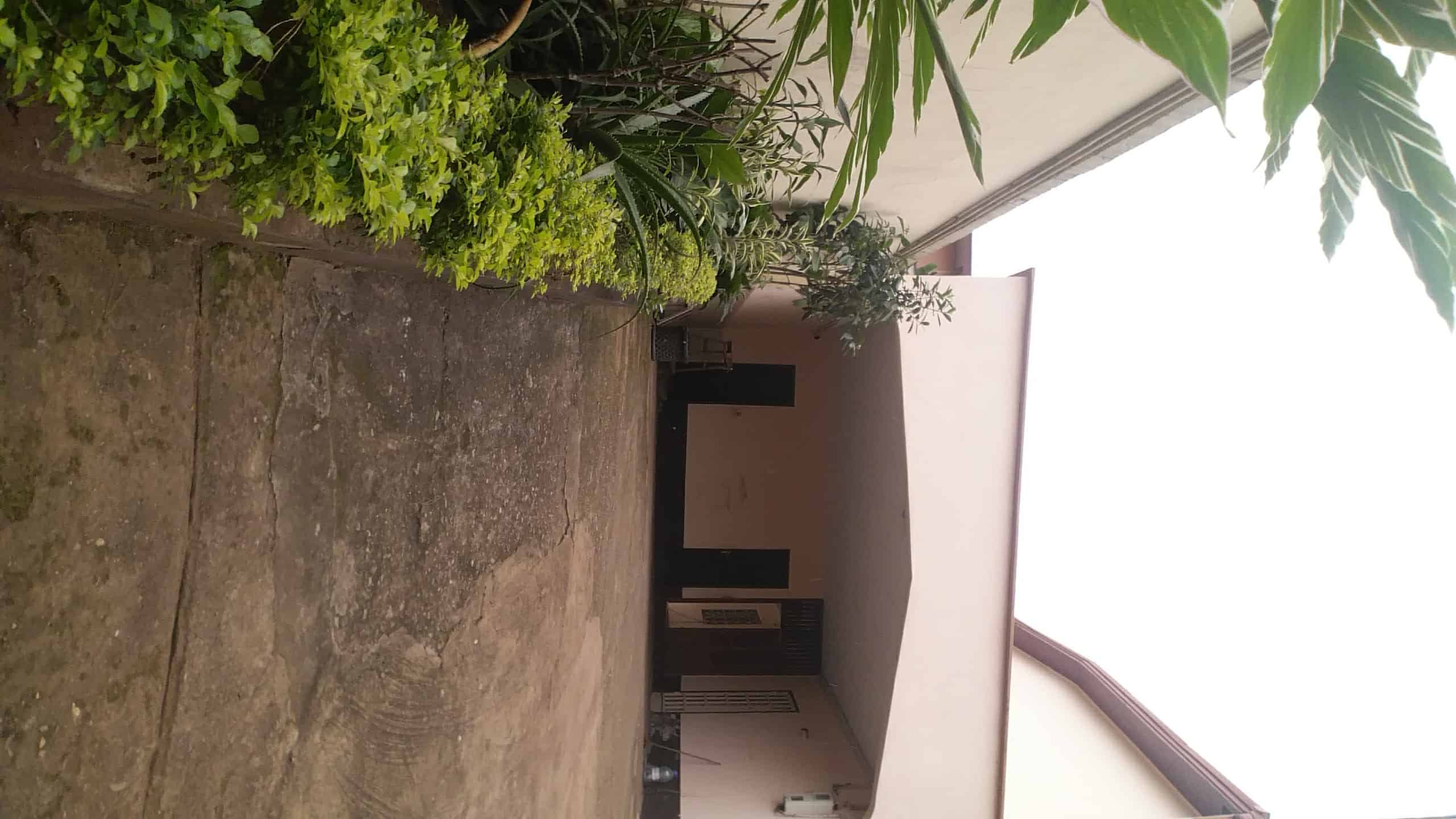 House (Duplex) to rent - Yaoundé, Mfandena, Entré dépôt de gaz - 4 living room(s), 6 bedroom(s), 4 bathroom(s) - 750 000 FCFA / month