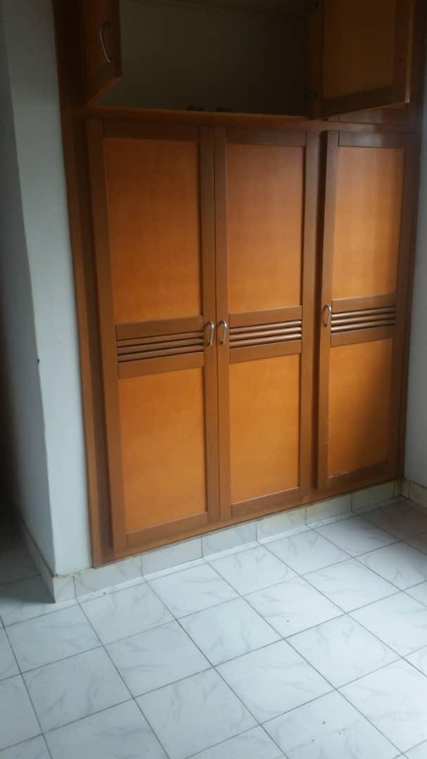 House (Wayside home) to rent - Yaoundé, Mfandena, Omnisport - 1 living room(s), 3 bedroom(s), 3 bathroom(s) - 450 000 FCFA / month