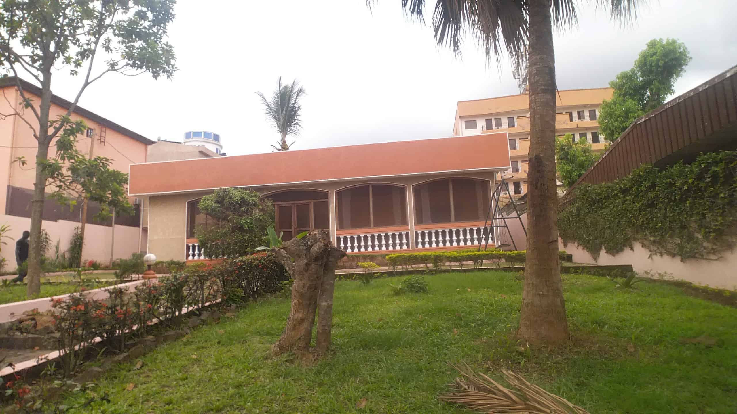 House (Villa) to rent - Yaoundé, Mfandena, Nouvelle route omnisport - 3 living room(s), 4 bedroom(s), 3 bathroom(s) - 900 000 FCFA / month