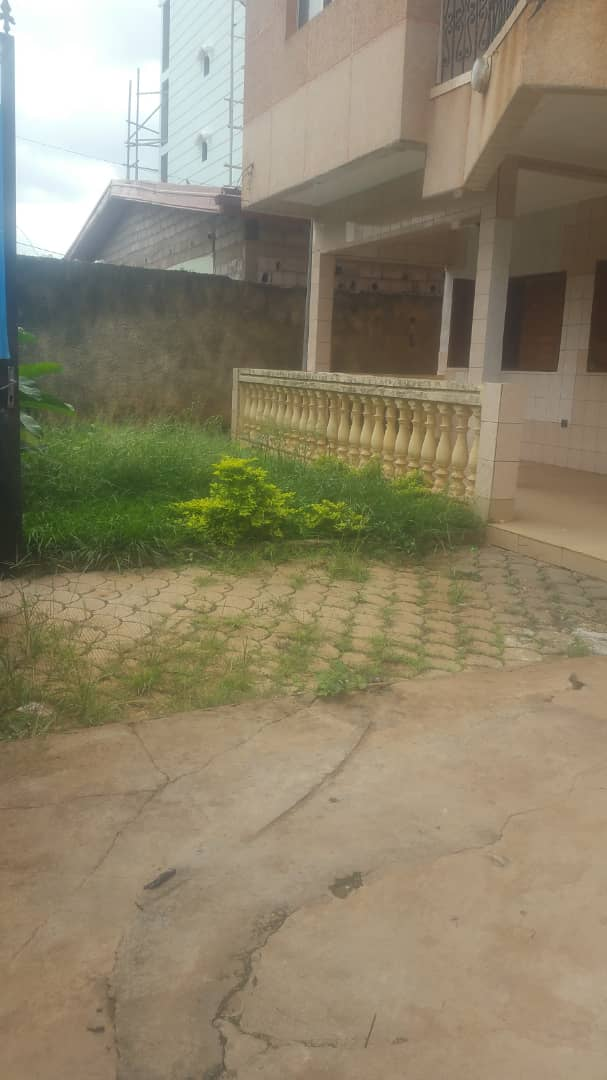 House (Duplex) to rent - Yaoundé, Mfandena, Titigarage - 2 living room(s), 5 bedroom(s), 4 bathroom(s) - 350 000 FCFA / month