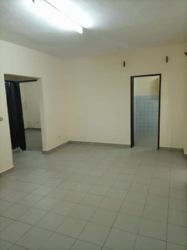 Apartment to rent - Douala, Makepe, APPARTEMENT 02CHAMBRES+01DOUCHE À LOUER À DOUALA MAKEPE BM SUR LA ROUTE EN PAVÉE. - 1 living room(s), 2 bedroom(s), 1 bathroom(s) - 90 000 FCFA / month