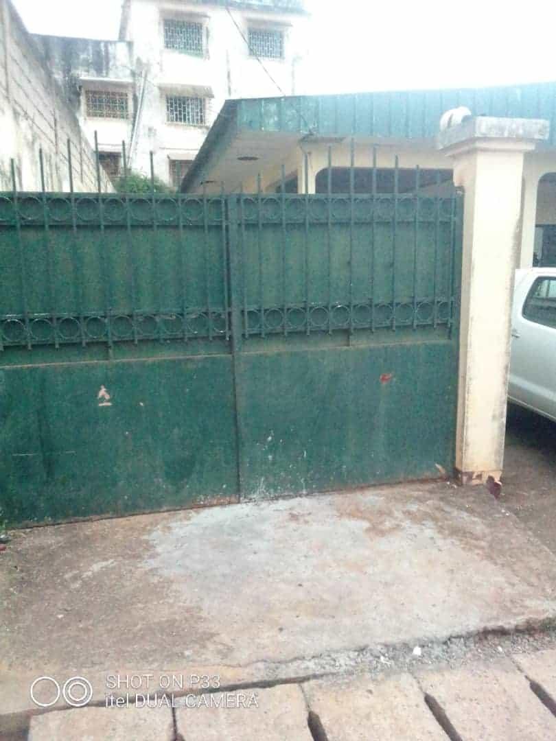 Maison (Villa) à louer - Yaoundé, Mfandena, Omnisport - 1 salon(s), 4 chambre(s), 4 salle(s) de bains - 300 000 FCFA / mois