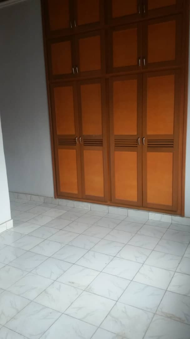 House (Villa) to rent - Yaoundé, Mfandena, Omnisport - 1 living room(s), 3 bedroom(s), 3 bathroom(s) - 450 000 FCFA / month