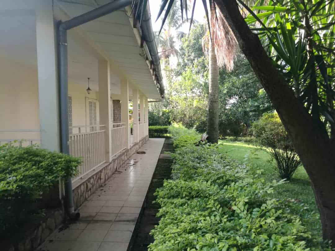 House (Villa) to rent - Yaoundé, Bastos, Bastos - 3 living room(s), 5 bedroom(s), 5 bathroom(s) - 2 500 000 FCFA / month