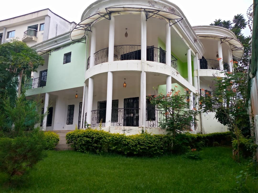 House (Duplex) to rent - Yaoundé, Bastos, Golf - 3 living room(s), 5 bedroom(s), 4 bathroom(s) - 2 000 000 FCFA / month