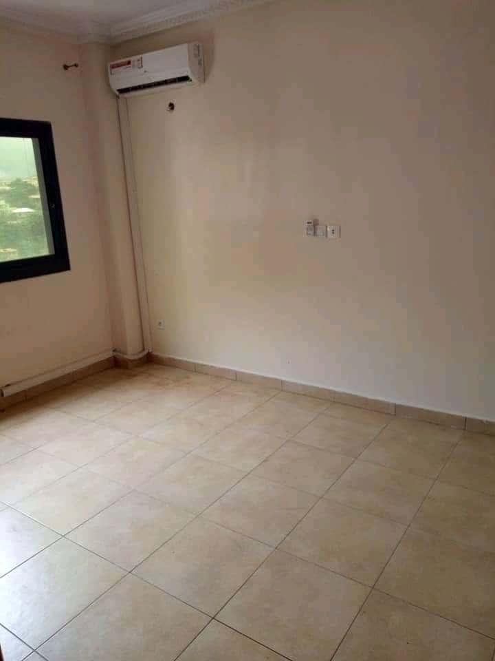 Apartment to rent - Yaoundé, Mfandena, Pas loin de fouda - 1 living room(s), 1 bedroom(s), 1 bathroom(s) - 235 000 FCFA / month