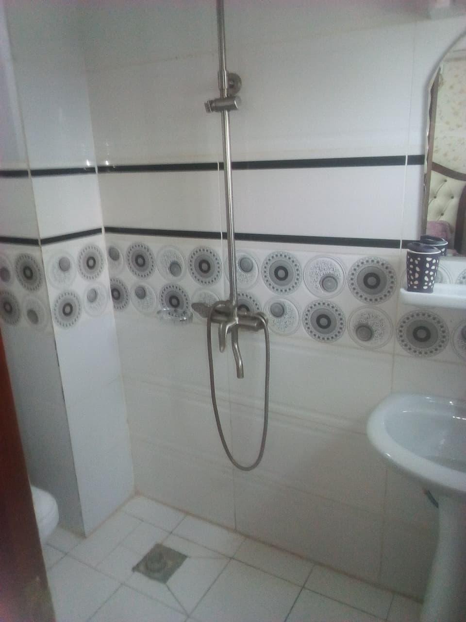 Apartment to rent - Yaoundé, Bastos, (APPARTEMENT NON MEUBLE)pas loin de meumi - 1 living room(s), 2 bedroom(s), 3 bathroom(s) - 350 000 FCFA / month