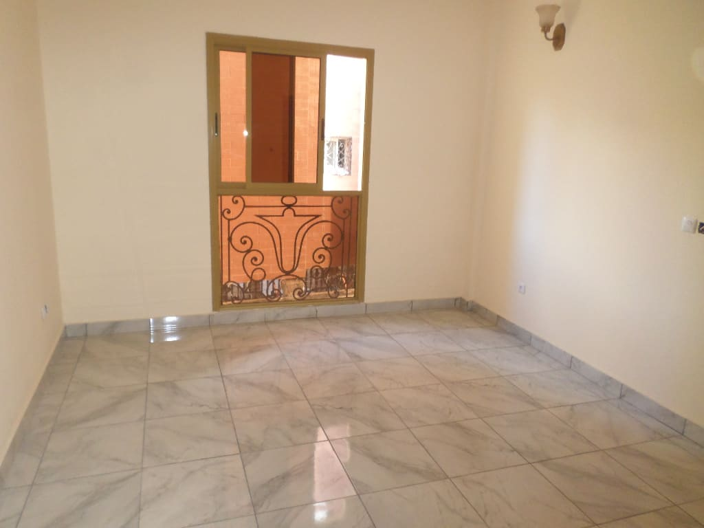 Apartment to rent - Yaoundé, Bastos, dragage - 1 living room(s), 3 bedroom(s), 3 bathroom(s) - 1 100 000 FCFA / month