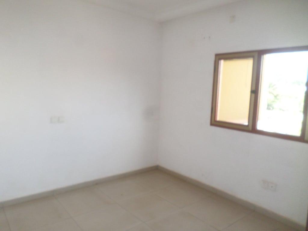 Apartment to rent - Yaoundé, Bastos, pas loin de la banque mondiale - 1 living room(s), 3 bedroom(s), 3 bathroom(s) - 500 000 FCFA / month
