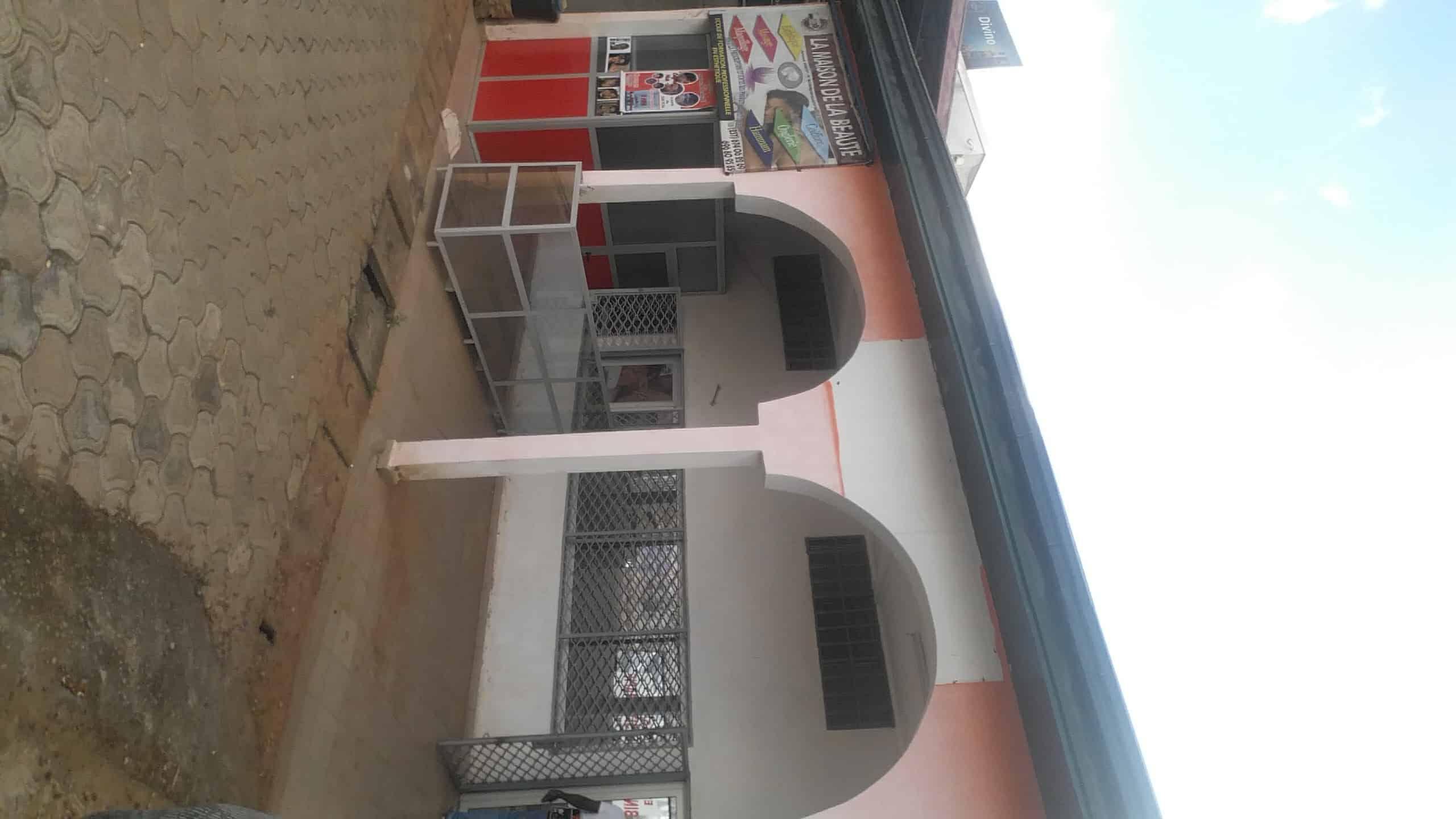 Magasin à louer à Yaoundé, Mfandena, Omnisport - 200 m2 - 350 000 FCFA