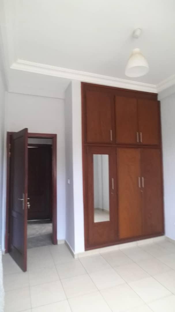 Apartment to rent - Yaoundé, Mfandena, Fouda - 1 living room(s), 3 bedroom(s), 3 bathroom(s) - 350 000 FCFA / month