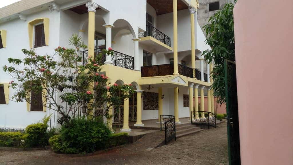 House (Duplex) to rent - Yaoundé, Bastos, Rond poind bastos - 4 living room(s), 6 bedroom(s), 5 bathroom(s) - 2 500 000 FCFA / month