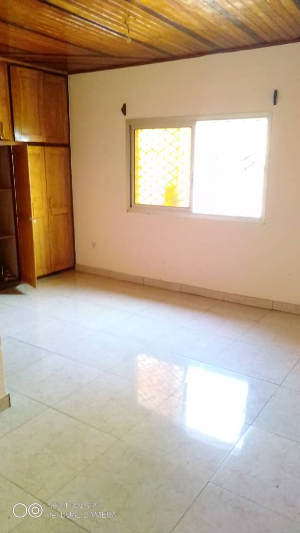 Apartment to rent - Douala, Logpom, Ver bassong - 1 living room(s), 3 bedroom(s), 2 bathroom(s) - 120 000 FCFA / month
