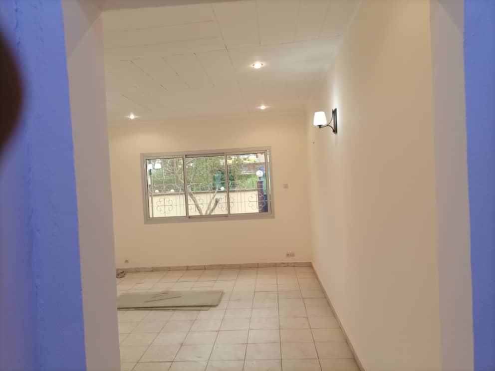 House (Villa) to rent - Yaoundé, Bastos, Pas loin de tradex - 1 living room(s), 3 bedroom(s), 5 bathroom(s) - 600 000 FCFA / month