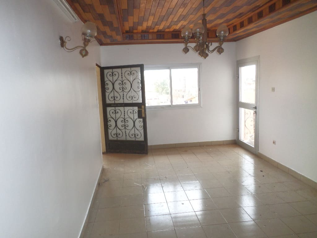 Apartment to rent - Yaoundé, Mfandena, Avenue foe - 1 living room(s), 3 bedroom(s), 2 bathroom(s) - 200 000 FCFA / month
