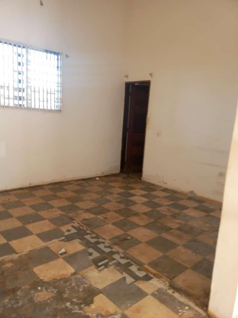 Warehouse to rent at Yaoundé, Mfandena, Titigarage - 86 m2 - 200 000 FCFA