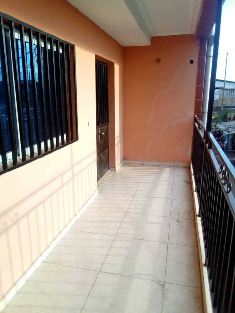 Apartment to rent - Douala, Ndokotti, Ver kilometres 5 - 1 living room(s), 3 bedroom(s), 2 bathroom(s) - 200 000 FCFA / month