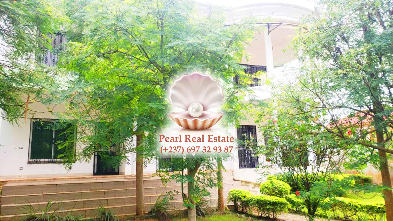 House (Duplex) to rent - Yaoundé, Bastos, Quartier du Golf - 1 living room(s), 5 bedroom(s), 4 bathroom(s) - 1 800 000 FCFA / month