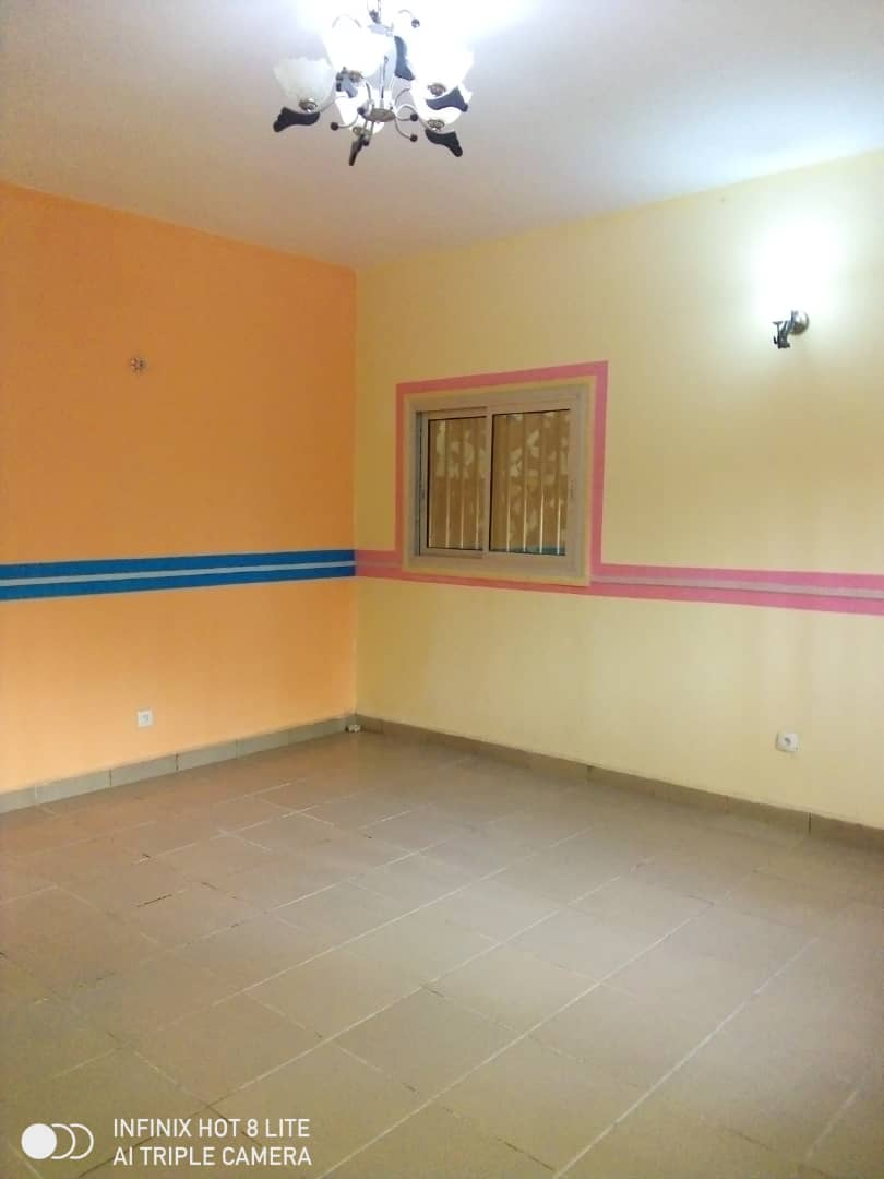Apartment to rent - Douala, Logbessou II, Ver carrefour logbessou - 1 living room(s), 3 bedroom(s), 2 bathroom(s) - 120 000 FCFA / month