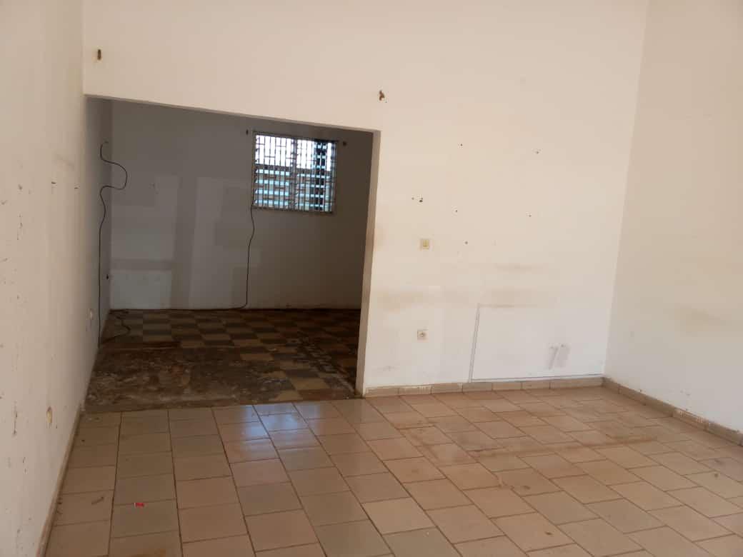 Boutique à louer à Yaoundé, Mfandena, Titigarage - 75 m2 - 200 000 FCFA