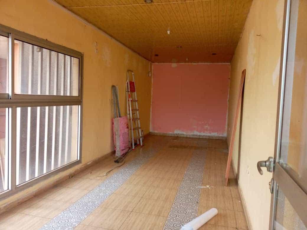 Shop to rent at Yaoundé, Essos, Essos - 75 m2 - 150 000 FCFA