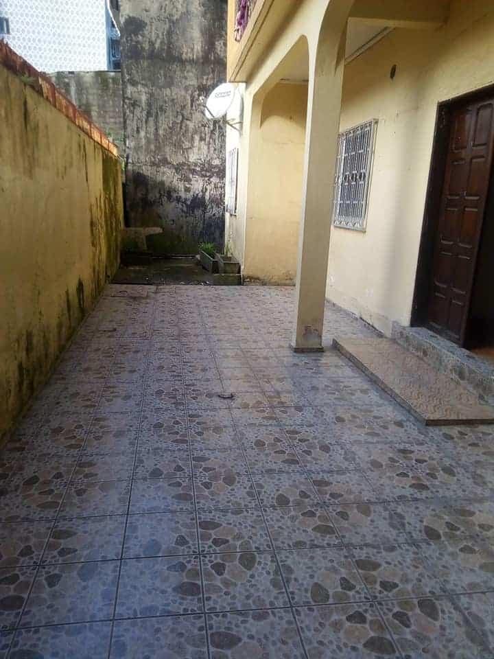 Apartment to rent - Douala, Bonapriso, Appartement avec parking individuel - 1 living room(s), 3 bedroom(s), 2 bathroom(s) - 350 000 FCFA / month