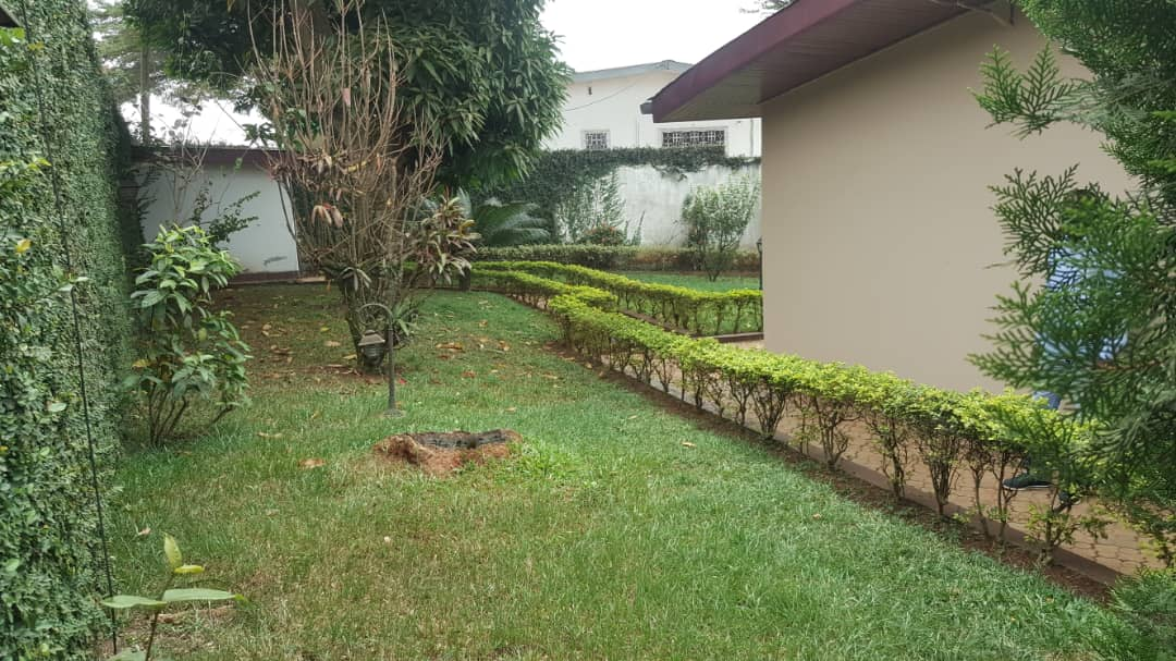 House (Villa) to rent - Yaoundé, Bastos, Dragages - 1 living room(s), 4 bedroom(s), 3 bathroom(s) - 1 200 000 FCFA / month