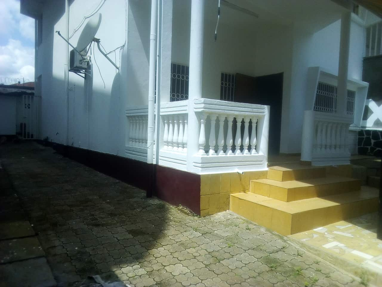 House (Villa) to rent - Yaoundé, Bastos, pas loin de dovv - 1 living room(s), 4 bedroom(s), 3 bathroom(s) - 800 000 FCFA / month