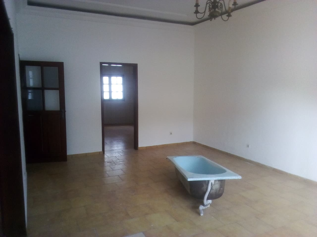 House (Villa) to rent - Yaoundé, Bastos, pas loin de dovv - 1 living room(s), 4 bedroom(s), 3 bathroom(s) - 800 000 FCFA / month