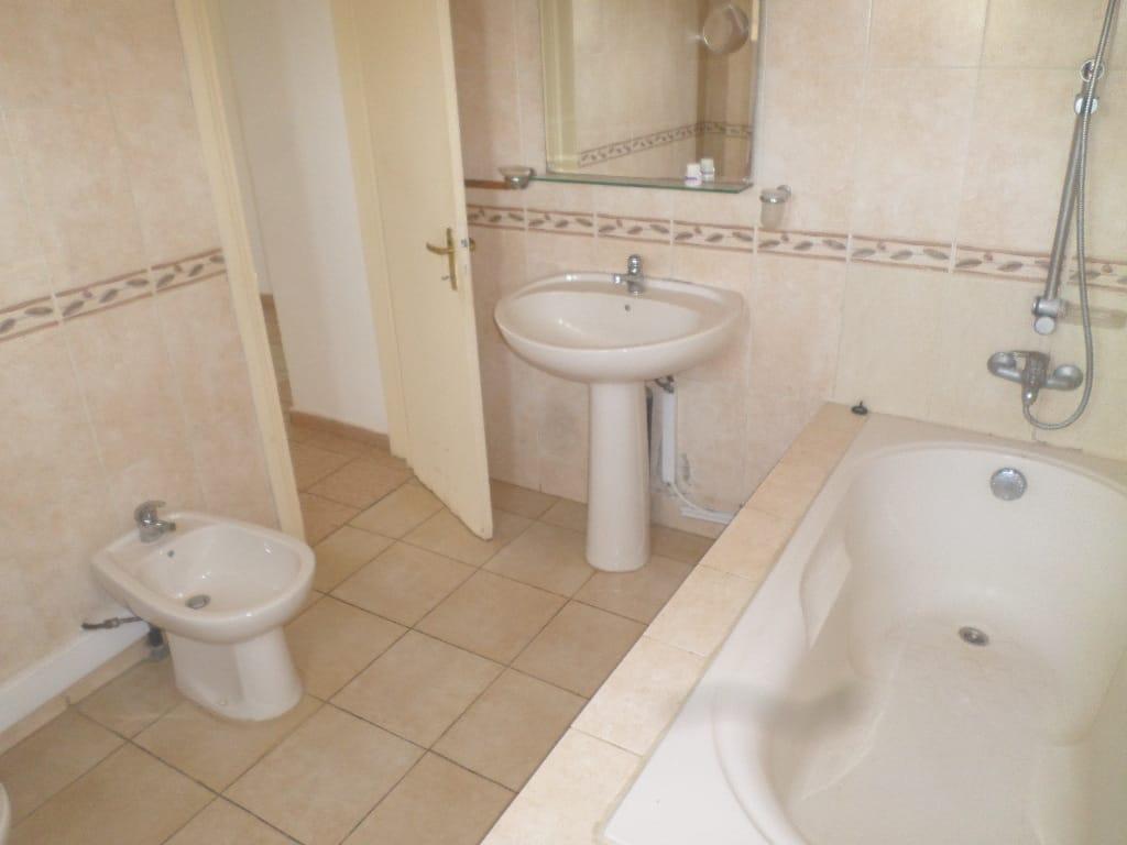 Apartment to rent - Yaoundé, Bastos, pas loin de dovv - 1 living room(s), 3 bedroom(s), 3 bathroom(s) - 650 000 FCFA / month