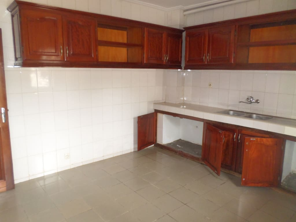 Apartment to rent - Yaoundé, Bastos, vers famous - 1 living room(s), 2 bedroom(s), 3 bathroom(s) - 450 000 FCFA / month