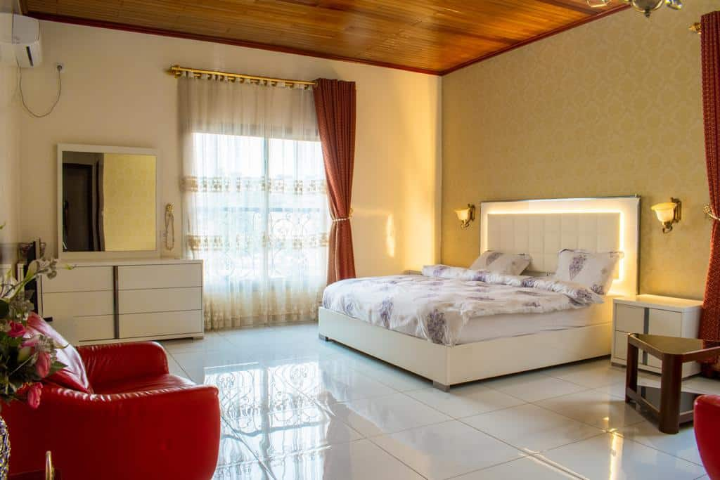 Apartment to rent - Yaoundé, Mfandena, Appartement luxueux - 1 living room(s), 4 bedroom(s), 5 bathroom(s) - 2 000 000 FCFA / month