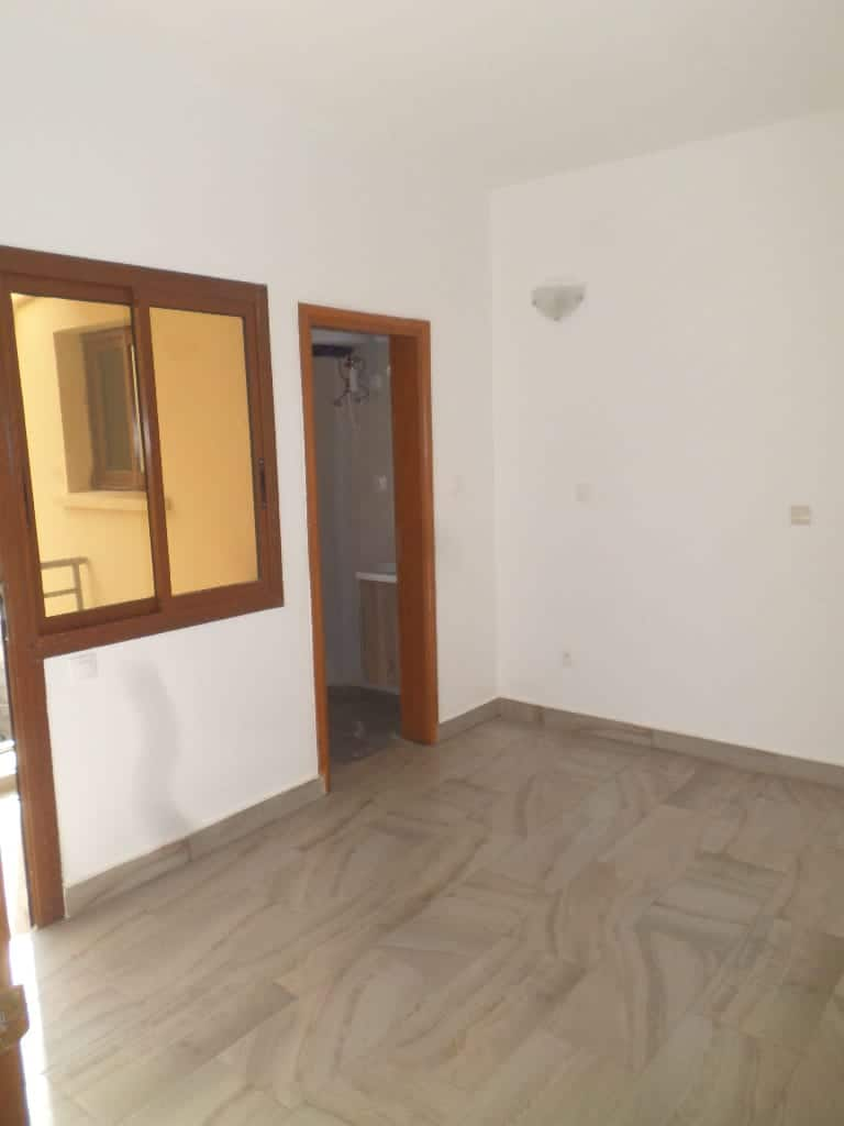 Apartment to rent - Yaoundé, Mfandena, Pas loin de l'école - 1 living room(s), 1 bedroom(s), 2 bathroom(s) - 250 000 FCFA / month