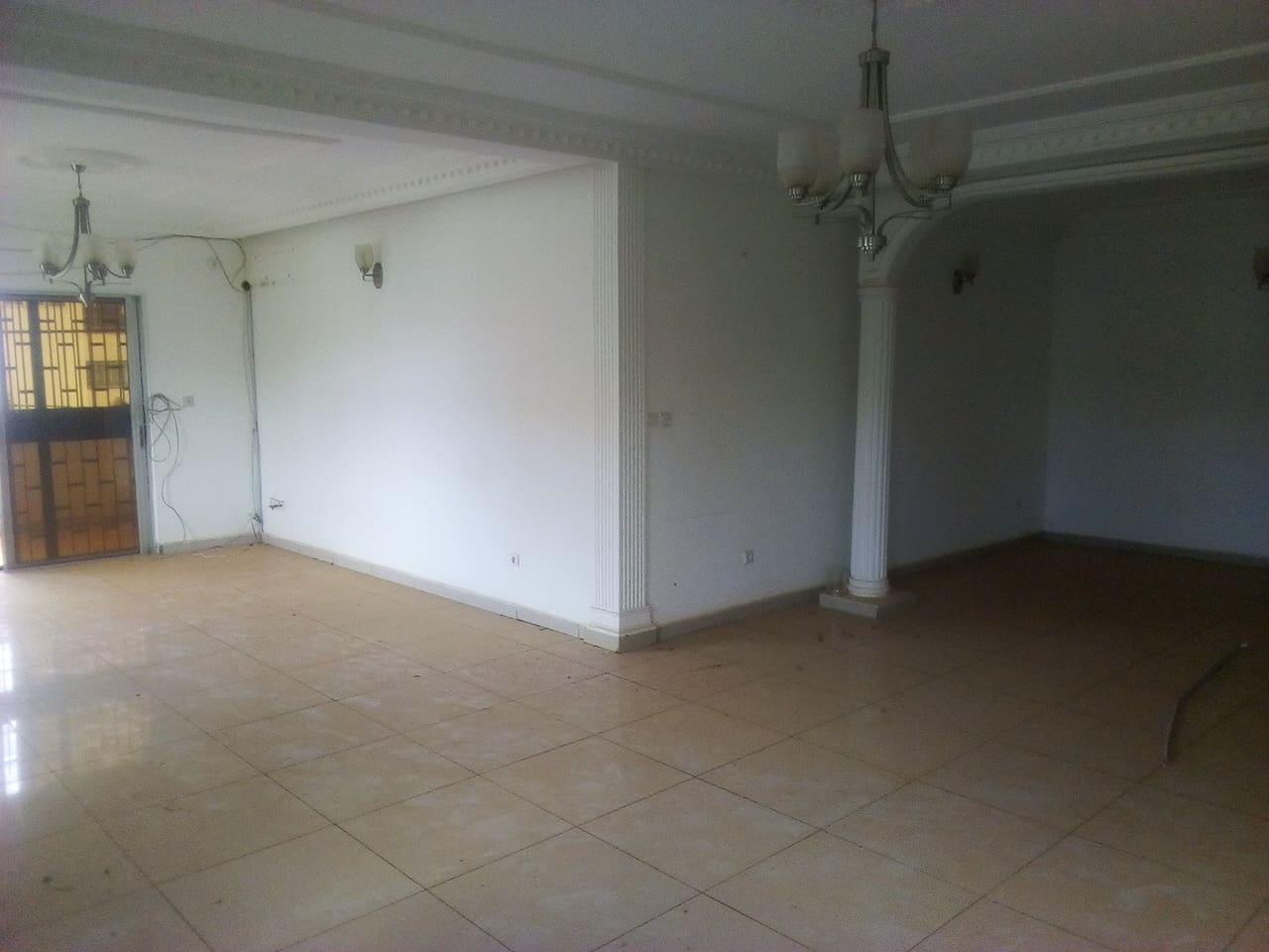 Appartement à louer - Yaoundé, Bastos, golf - 1 salon(s), 3 chambre(s), 4 salle(s) de bains - 700 000 FCFA / mois