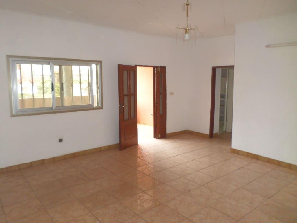 Appartement à louer - Yaoundé, Bastos, meka - 1 salon(s), 3 chambre(s), 2 salle(s) de bains - 300 000 FCFA / mois