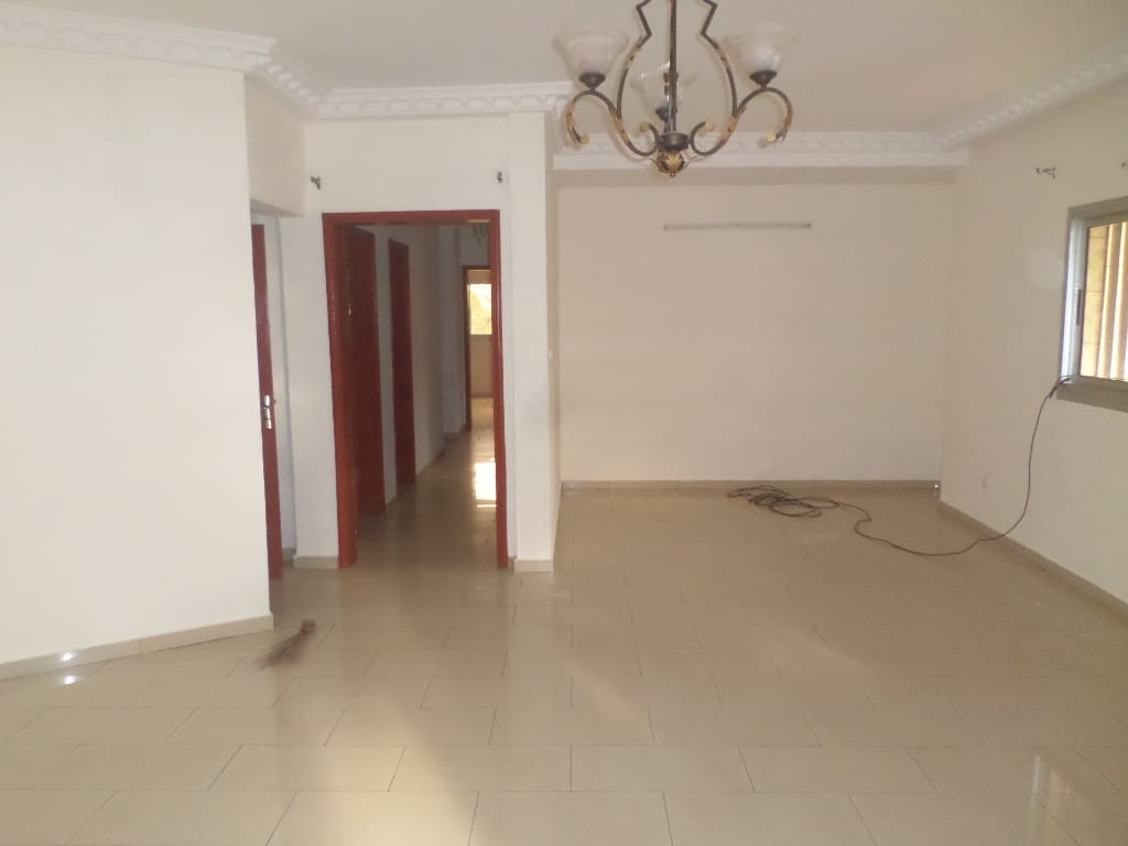 Appartement à louer - Yaoundé, Bastos, pâs loin de lambassade de coree - 1 salon(s), 3 chambre(s), 4 salle(s) de bains - 450 000 FCFA / mois