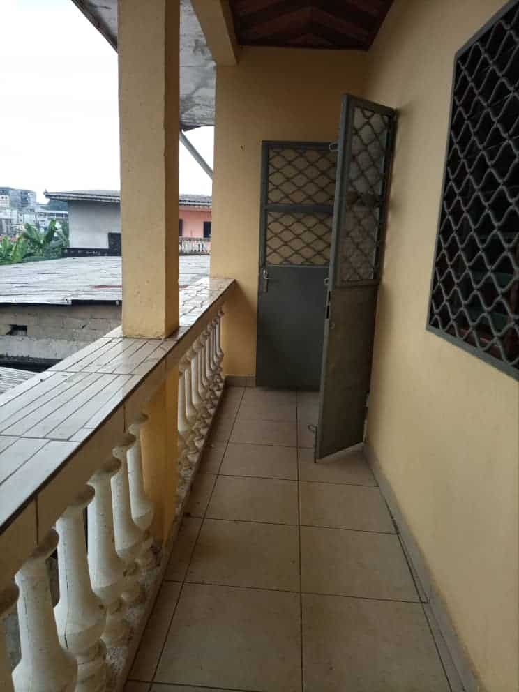 Apartment to rent - Douala, Ndogbong, Commissariat 10ème - 1 living room(s), 3 bedroom(s), 2 bathroom(s) - 130 000 FCFA / month